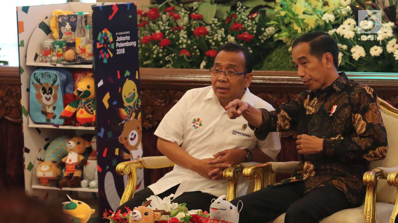 Presiden Joko Widodo berbincang dengan Mensesneg Pratikno.