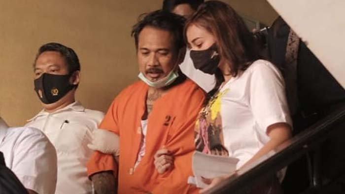 Jerinx SID merangkul istrinya, Nora Alexandra, usai menjalani sidang di Ditreskrimsus Polda Bali