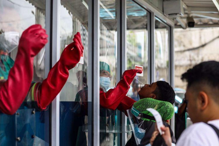 Warga menjalani tes usap atau swab test di GSI Lab (Genomik Solidaritas Indonesia Laboratorium), Cilandak, Jakarta Selatan, Senin (2/11/2020). Sebagai bentuk gotong-royong dan solidaritas untuk mempercepat penanganan COVID-19 di Indonesia, Tanoto Foundation dan Temasek Foundation International melakukan donasi bersama dengan memberikan bantuan kepada Genomik Solidaritas Indonesia (GSI Lab) berupa instrumen PCR, reagent kit dan bahan habis pakai untuk pemeriksaan PCR.