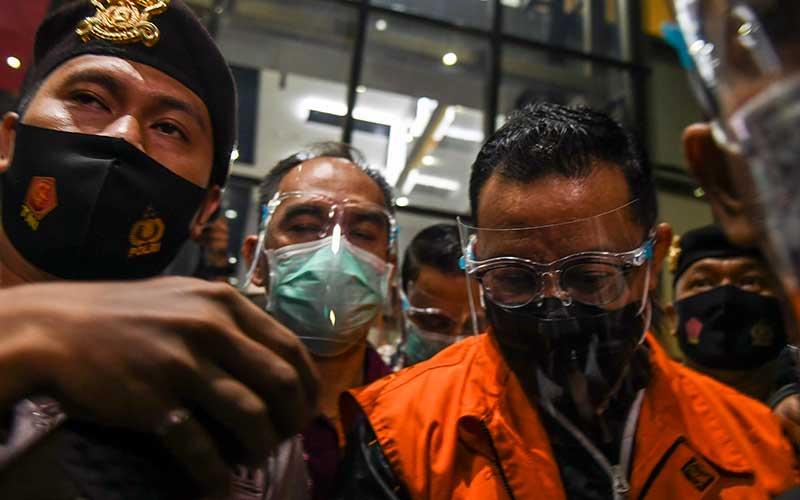 Menteri Sosial Juliari P Batubara memasuki mobil tahanan seusai diperiksa di Gedung Komisi Pemberantasan Korupsi (KPK)