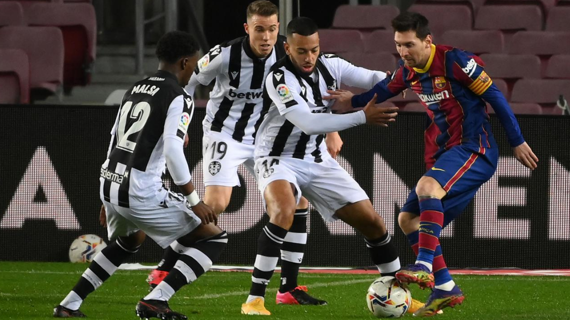 Striker Barcelona, Lionel Messi, berusaha melewati pemain Levante pada laga Liga Spanyol di Stadion Camp Nou, Senin (14/12/2020). Barcelona menang dengan skor 1-0.