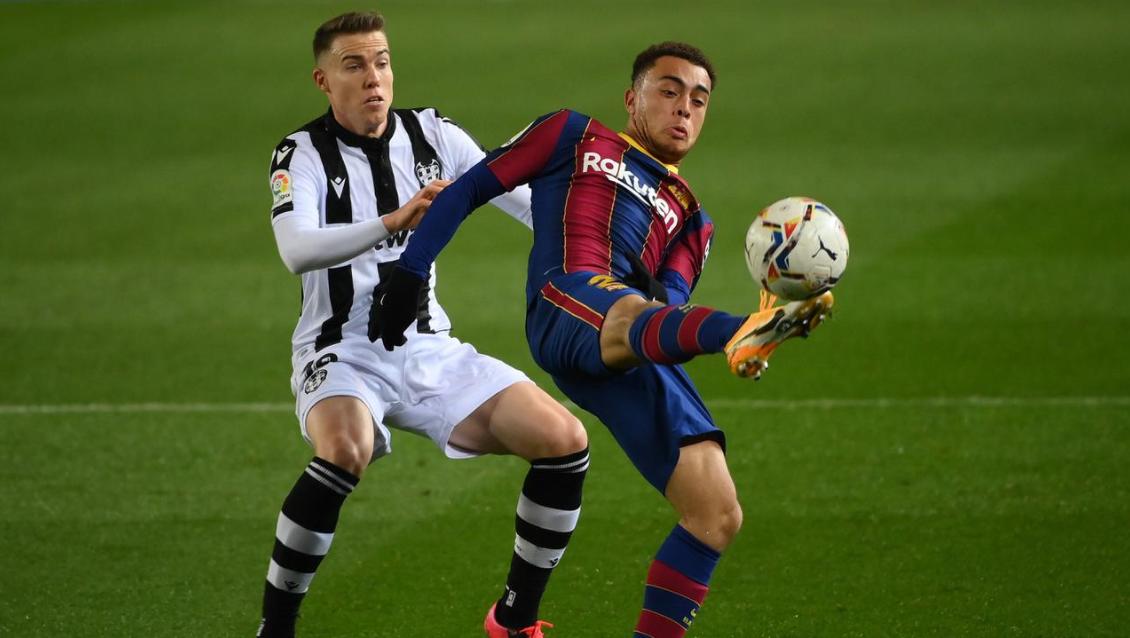 Pemain Barcelona, Sergino Dest, mengontrol bola saat melawan Levante pada laga Liga Spanyol di Stadion Camp Nou, Senin (14/12/2020). Barcelona menang dengan skor 1-0.
