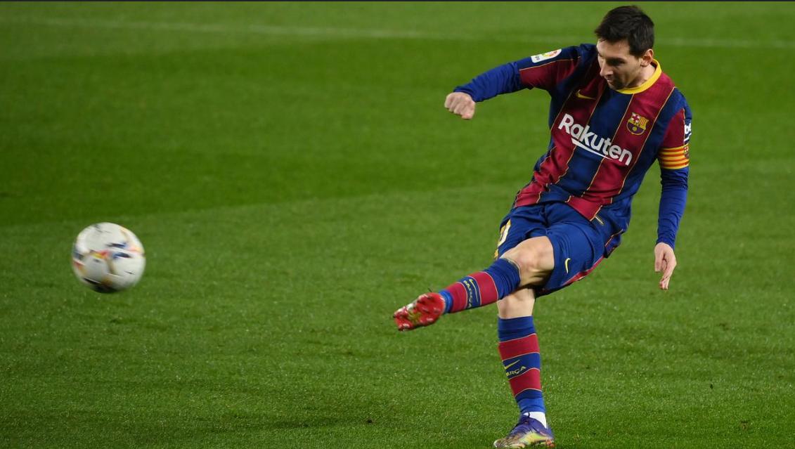 Striker Barcelona, Lionel Messi, menendang bola saat melawan Levante pada laga Liga Spanyol di Stadion Camp Nou, Senin (14/12/2020). Barcelona menang dengan skor 1-0.