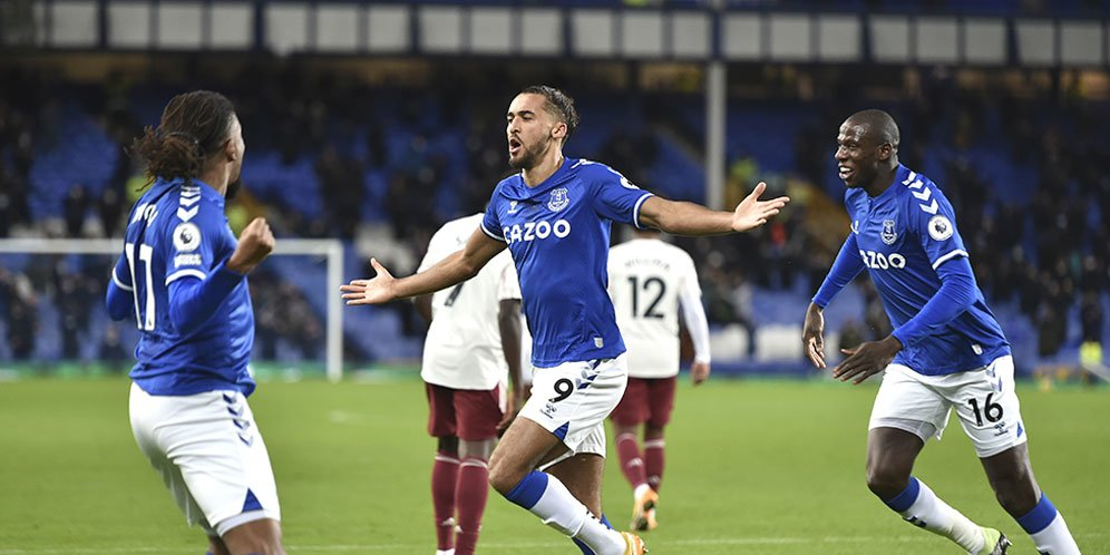 Pemain Everton merayakan gol bunuh diri Rob Holding dalam pertandingan Everton vs Arsenal pada ajang Premier League, Minggu (20/12/20) dini hari WIB.
