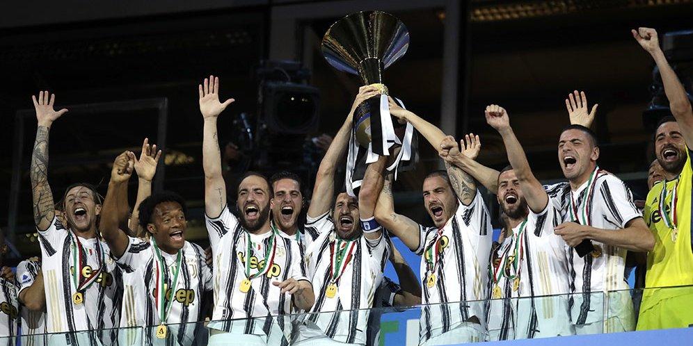 Juventus melakukan prosesi pengangkatan piala usai bertemu AS Roma dalam laga pekan ke-38 Serie A, Minggu (2/8/2020) dinihari.