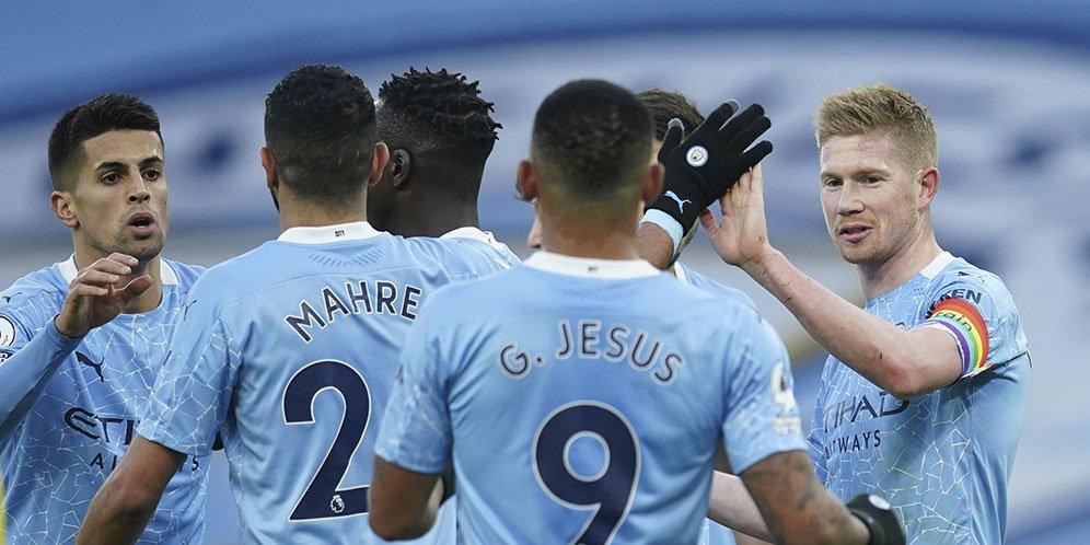 Pemain Manchester City merayakan gol Kevin de Bruyne ke gawang Fulham dalam ajang Premier League, Sabtu (05/12/20) malam WIB.