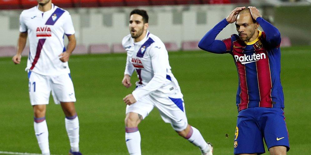 Bomber Barcelona, Martin Braithwaite, tampak kecewa usai gagal mengeksekusi penalti kala menghadapi Eibar dalam laga lanjutan La Liga hari Rabu (30/12/2020).