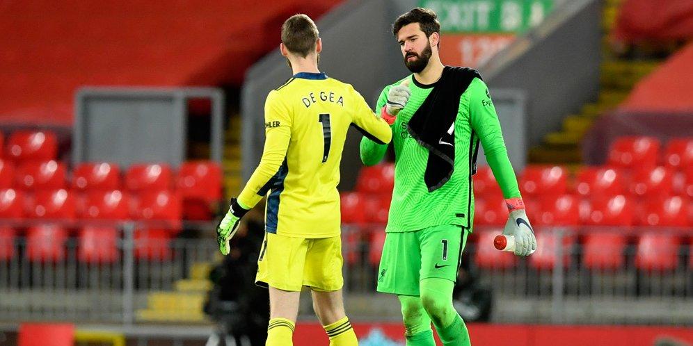 Alisson Becker dan David De Gea usai laga Liverpool vs Manchester United, Premier League 2020/21. © AP Photo