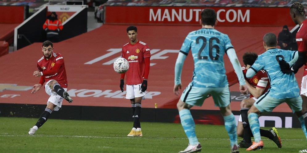 Bruno Fernandes saat mengeksekusi free kick di laga Manchester United vs Liverpool di Old Trafford, Senin (25/01/2021) dini hari WIB. © AP Photo
