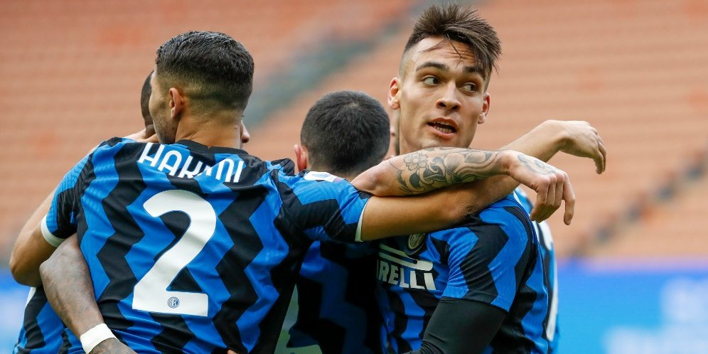 Skuad Inter Milan merayakan gol Lautaro Martinez ke gawang Crotone, Minggu (3/1/2021) © AP Photo