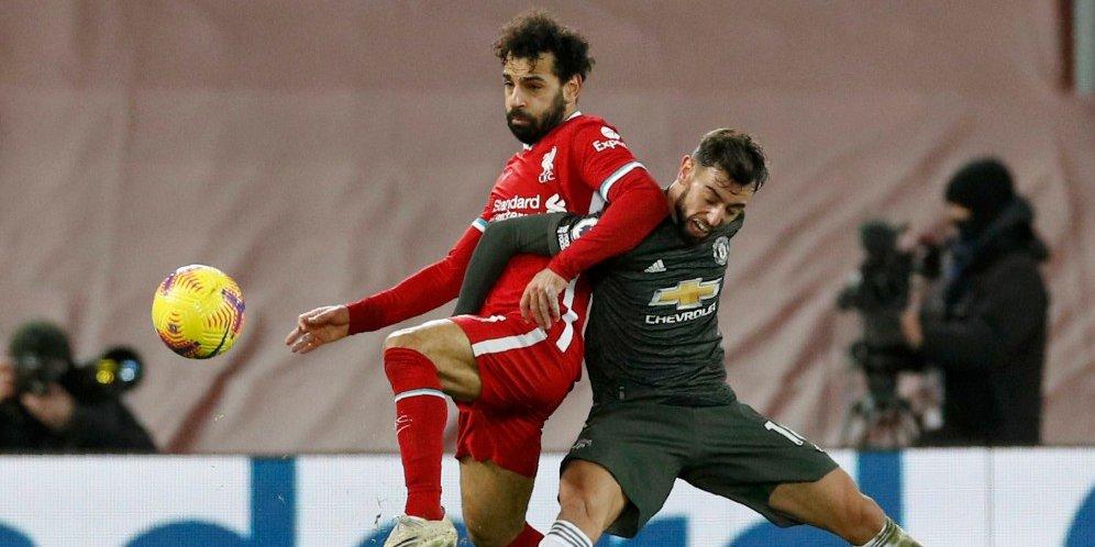 Mohamed Salah berduel dengan Bruno Fernandes, Minggu (17/1/2021) © Pool Reuters via AP Photo