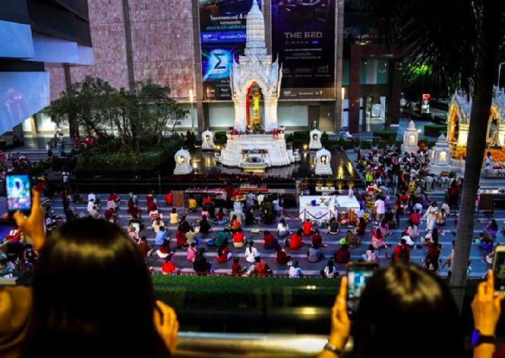 Muda-mudi di Thailand memadati Kuil Trimurti di Bangkok beberapa hari menjelang perayaan Valentine.