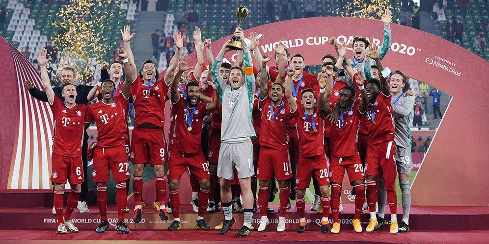 Proses pengangkatan trofi Piala Dunia Antarklub 2020 yang dilakukan pemain Bayern Munchen pada Jumat (12/2/2021) dinihari tadi.