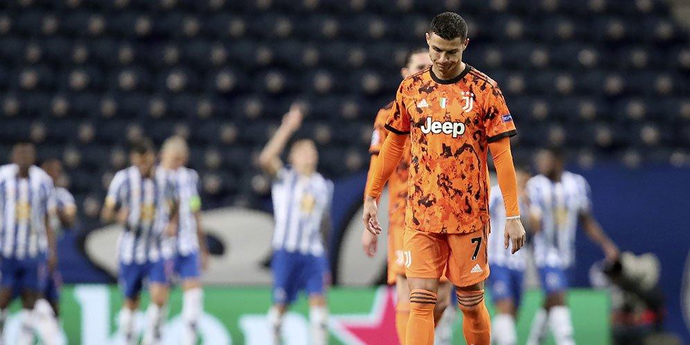 Ekspresi kecewa Cristiano Ronaldo ketika timnya, Juventus, dibobol Porto dalam laga leg pertama babak 16 besar Liga Champions hari Kamis (18/2/2021).