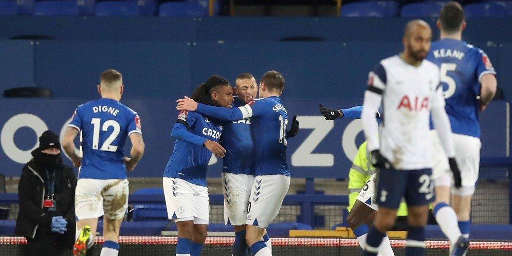 Skuad Everton merayakan gol ke gawang Tottenham, Kamis (11/2/2021) © Pool PA