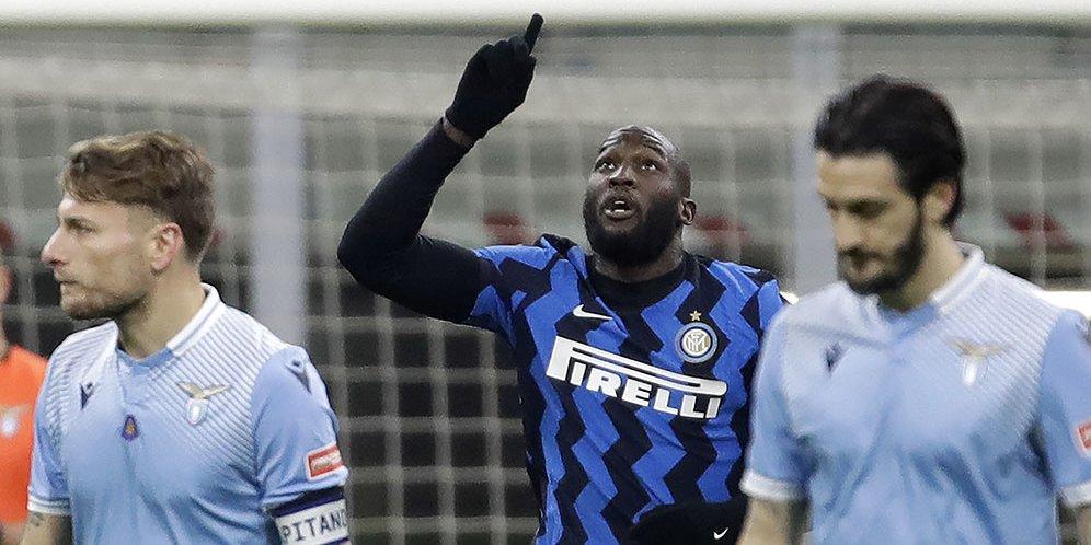 Penyerang Inter Milan, Romelu Lukaku, merayakan golnya ke gawang Lazio dalam laga lanjutan Serie A pada Minggu dinihari (15/2/2021).
