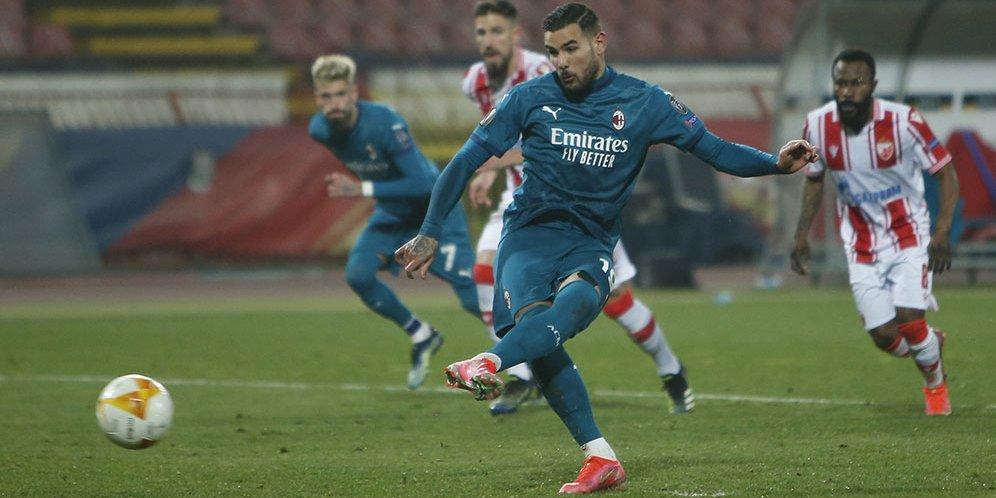 Pemain AC Milan, Theo Hernandez, melakukan eksekusi penalti saat menghadapi Red Star Belgrade dalam laga leg pertama 32 besar Liga Europa hari Jumat (19/2/2021)